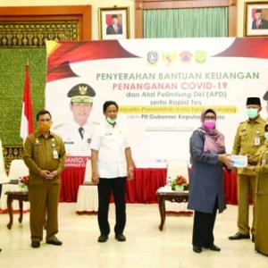 HLL. Wakil Ketua I DPRD Kepri Hj Dewi Kumalasari didampingi Plt Gubernur Kepri Isdianto menyerahkan bantuan penanganan Covid19 kepada Kepala Daerah Pemko Tanjungpinang.