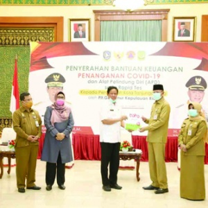 Plt Gubernur Kepri H Isdianto menyerahkan secara simbolis bantuan penanganan Covid19 kepada Walikota Tanjungpinang H Syahrul didampingi Wakil Walikota Hj Rahma.