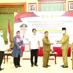 Sekdaprov Kepri H TS Arif Fadillah saat simbolis menyerahkan bantuan penanganan Covid19.