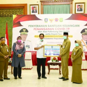 Wakil Walikota Tanjungpinang Hj Rahma menyerahkan bantuan uang tunai sebesar Rp750 juta.