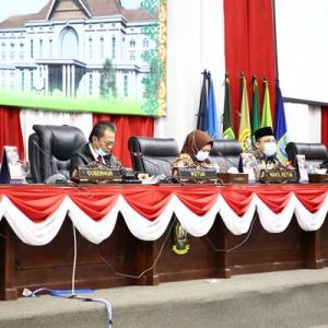 Ketua DPRD Provinsi Kepri Jumaga Nadeak dan jajaran saat membuka paripurna