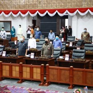 Para anggota DPRD Provinsi Kepri saat mengikuti paripurna