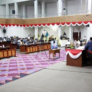 Para pimpinan dan Wakil pimpinan DPRD Kepri bersama seluruh anggota mendengarkan pemaparan secara video confrence laporan BPK RI perwakilan Kepri