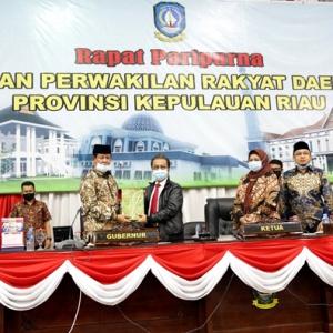 Plt Gubernur Kepri H Isdianto menyerahkan berkas secara simbolis usai menyampaikan jawaban Pemerintah LKPJ Pemprov Kepri HL