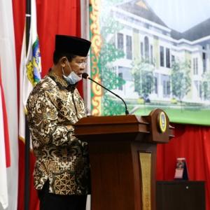 Plt Gubernur Kepri H Isdianto saat membacakan materi jawaban pemerintah atas tanggapan Pansus LKPJ Pemprov Kepri