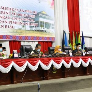 Plt Gubernur Kepri H Isdianto saat mendengarkan pemaparan