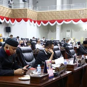 Raja Bachtiar dan anggota Dewan lainnya saat mendengarkan tanggapan Pansus LKPJ oleh Plt Gubernur Kepri