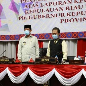 hlll Plt Gubernur Kepri H Isdianto bersama Ketua DPRD Kepri Jumaga Nadeak saat memimpin paripurna