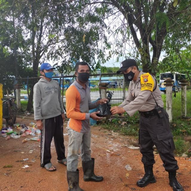 Kapolsek Tanjungpinang Timur AKP Firuddin saat memberikan makanan gratis kepada warga